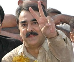 Gillani making V sign